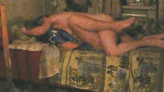 مردی آلت تناسلی را در فیلمهای سکسی عربی دهان دختران بر روی چکمه می گذارد و آن را در سوراخ پشت تف می کند