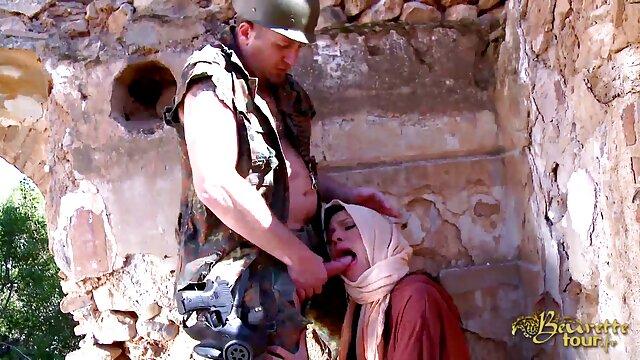 دوست دختر با لباس زیر روی تخت بالا می رود فیلم سکسب عربی و شروع به عشق ورزیدن می کند