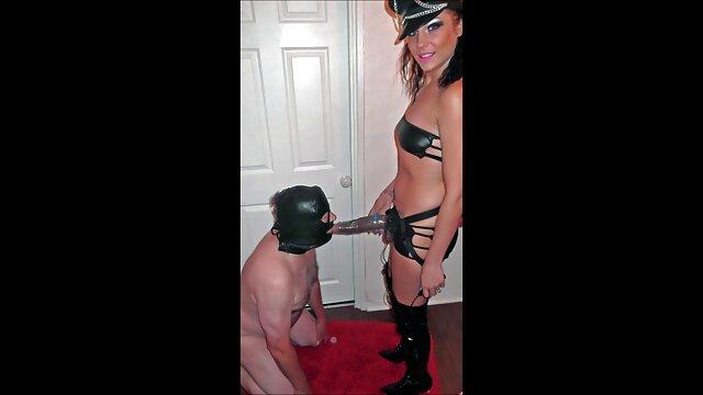کف دست پاتلاتی یک دانشجوی فیلم سکس خفن عربی حلق با جوراب ساق بلند و کلاه گیس دارد