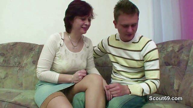 پیرزن موی خاکستری دیک یک مرد جوان را می مکد و یک شیرجه مو به دانلود رایگان فیلم سکسی عربی او می دهد