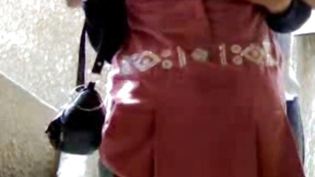 رئیس او در حین مصاحبه ، دختر تند و زننده ماندا را از طریق یک فیلم سک عربی باند الاستیک تکان داد