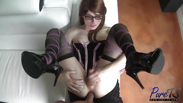 خانم خانه دار آسیایی کانال فیلم سوپر عربی با جوراب ساق بلند با خروس احمقانه روی تخت