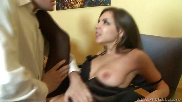 بازیگر باتجربه السا جین در فیلم سکس ترجمه عربی کنار استخر آفتاب می گیرد و با همسایگان جدید رابطه برقرار می کند