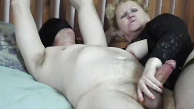 یک پسر مست یک دختر برهنه را هنگام سرویس دهی مسخره فیلم سکسی زنهای عرب می کند