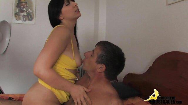 شوهر یک حلقه جدید به فیلمهای سگسی عربی همسر بالغ می دهد و آلت تناسلی مرد را به مقعد او روی زمین هل می دهد