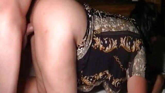 دستگاه جنسی فیلم سکس خانگی عربی یک بلوند را در گلو با سرطانی که روی زمین ایستاده است ، می خورد