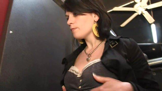 سبزه سکس عربی اماتور که در جلوی فرش در حال ورود به در است.