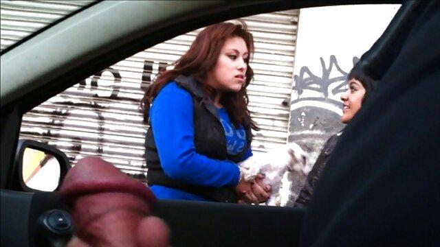 لاتینا با موهای دم و عینک ژاکت خود را فیلم سکسب عربی در می آورد و شروع به سوراخ کردن سوراخهای مختلف می کند