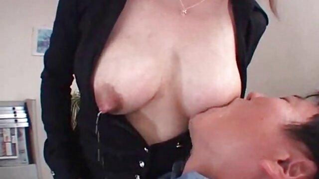 دختر مو بلند با خالکوبی روی شکم خود با عگس سگسی عربی استفاده از دستگاه جنسی واژن خود را ماساژ می دهد