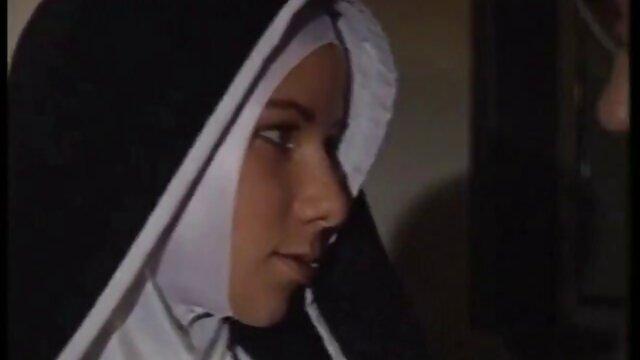 منشی فیلم سکسب عربی با جوراب های سفید شیر بزرگی را به نمایش می گذارد و خودش را به رئیس الاغ تحویل می دهد