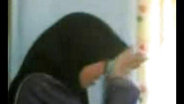 لاغر با یک لباس کوتاه که روی خروس لاستیکی نشسته و با شیر مادرش سایت فیلم سکسی عربی