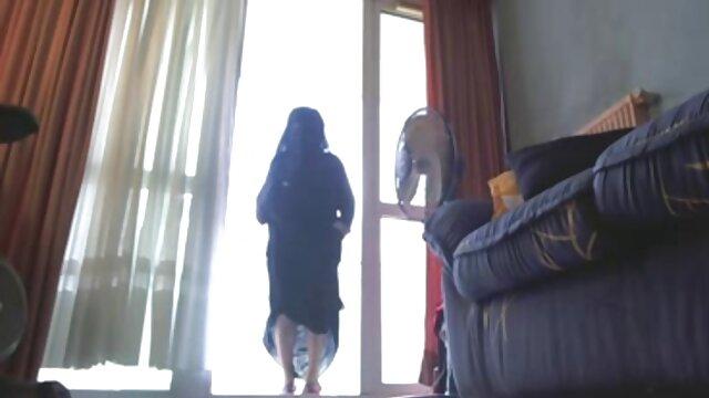 همسر با سوتین بنفش که سینه های بزرگ را نشان می دانلود رایگان فیلم سکسی عربی دهد و شوهر گربه اش را در استخر نوازش می کند