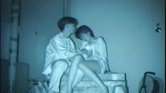 دانشمند جوان با عصبی خالکوبی روی سکس عربی اماتور لیوان تف می کند و آستین بالا می زند