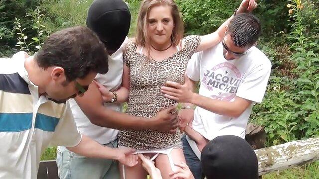 لارو دلپذیر سینه را به مرد نشان می دهد و ارگاسم را روی آلت تناسلی مرد می کانال سکس عربی کند