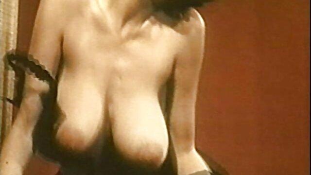 مادر روسی با عینک آفتابی با وجود اسباب بازی هایی فیلم داستانی سکس عربی در بالکن به واژن نگاه می کند