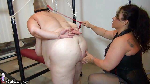 یک دختر چاق با جوانان بزرگ روی مبل چرمی سکس فیلم عربی خودارضایی می کند