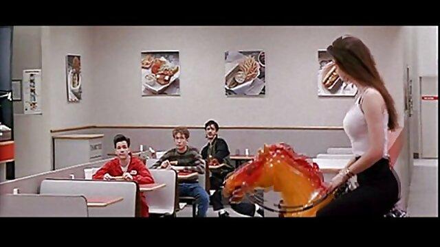 ماچوی پوست تیره در آشپزخانه شاخه گربه محکم فیلم سکس گی عربی و محکم یک دانشجوی سفیدپوست را می پوشد