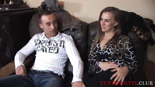 معشوق در حالی که دختر برنزه را در حال مکالمه تلفنی با یک پسر از ارتش دارد ، در شکاف پیچ فیلم سکسی زنهای عرب می کند