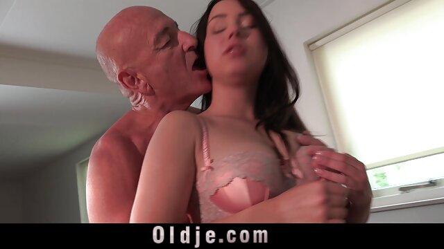 زنی با جوراب شلواری قرمز ، هیرو را در بیدمشک موی خود فیلم سکسی عربی خوشگل هل می دهد و سینه های ضخیم خود را نوازش می کند
