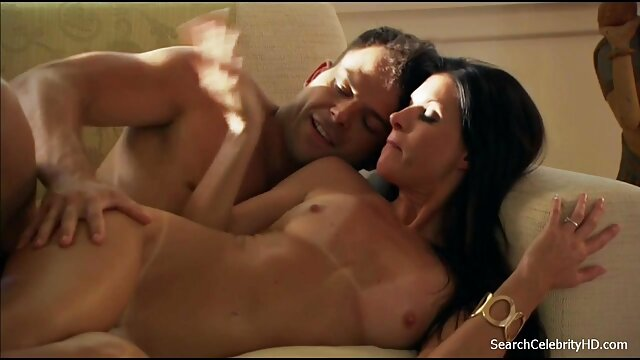 زنی با تی شرت سبز ، فیلم سکسی زن عرب سر شوهرش را گرفته و از cunnilingus ناله می کند