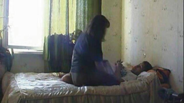 مادر چشمان بسته با کت و شلوار فیلم سکیس عربی لاتکس روی صورت مرد نشسته و پاهای خود را به دهان خود فرو می کند