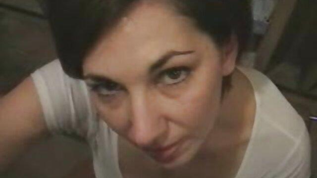 یک دوست یک بلوند چشم آبی را در فیلمهای سگسی عربی یک لباس سیاه و سفید با یک فالوس بزرگ fucus می کند