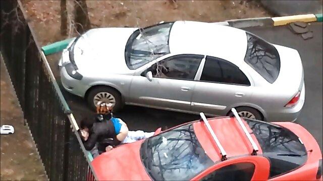 بالرین در یک توتو سفید شکاف دیدن فیلم سکس عربی مویی نزدیک پنجره را نشان می دهد